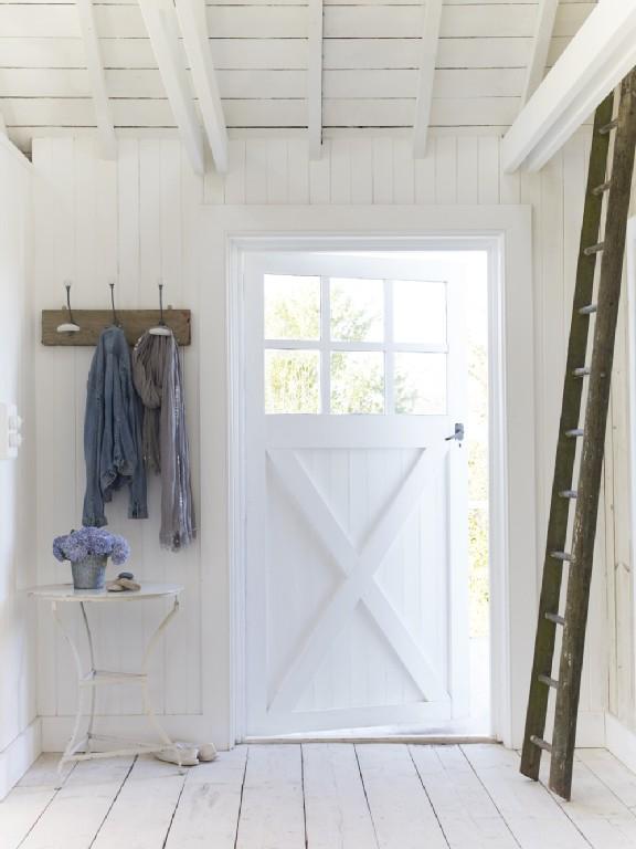 In verschillende kamers zijn de reguliere deuren vervangen voor ...